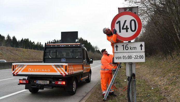 De borden met een maximumsnelheid van 140 km/u worden alweer verwijderd in Oostenrijk.