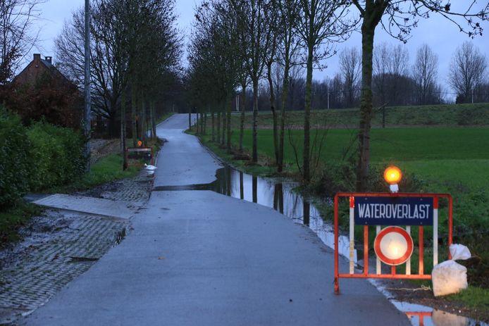 In de Korte Landmolenstraat werd al signalisatie geplaatst nadat een beek buiten haar oevers trad.