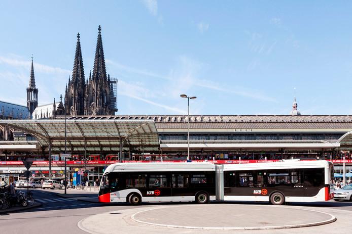 Een elektrische bus van VDL in de binnenstad van Keulen.