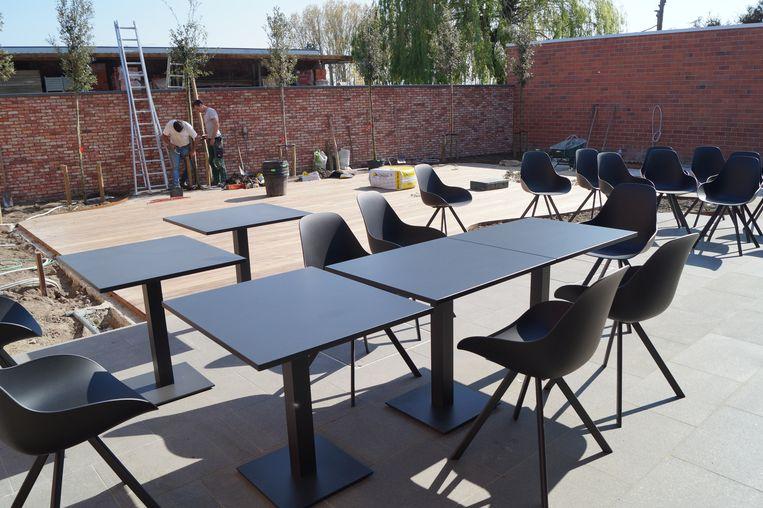 Het buitenterras van de nieuwe fitnesszaak. Het houten platform zal worden gebruikt voor buitentrainingen tijdens de zomermaanden