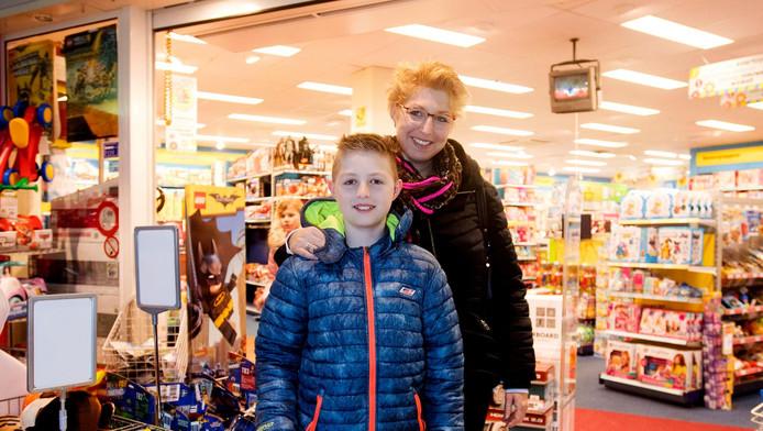 Ingrid Veerman met haar zoontje Frank voor de Intertoys in Volendam.
