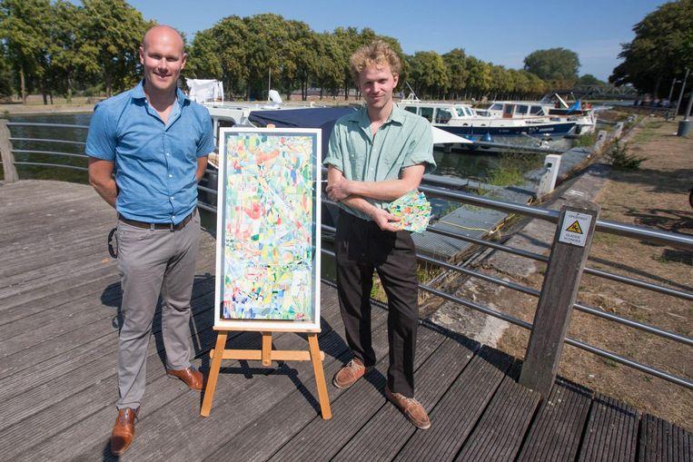 Kunstenaar Wietse Palmans (rechts), hier samen met schepen Niels Valkenborgh, ontwierp zes wenskaarten in het dialect.