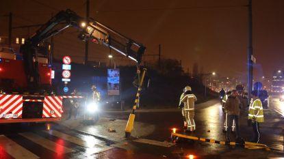 Vrachtwagen ramt twee verkeerslichten