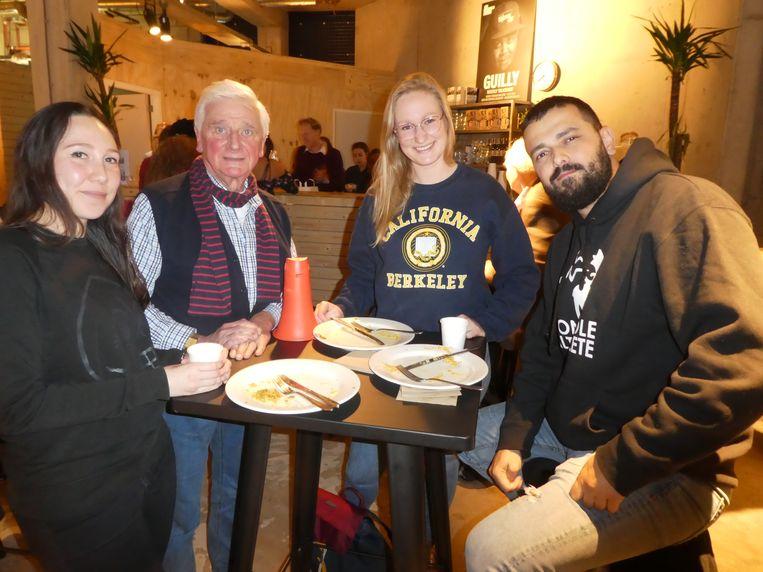 Christina (Amnesty), E.A.W. Winkler (geïnteresseerde buurtbewoner) en Dionne Molthof (Amnesty) op blind date met Cemil Yilmaz (Controle Alt Delete).  Beeld Hans van der Beek