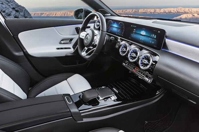 Het brede scherm op het dashboard biedt een tweeluik aan meters en allerhande informatie. De 3D-weergave is indrukwekkend.