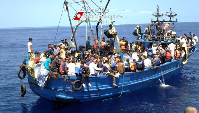 Overvolle vluchtelingenboot voor de kust van Italië.