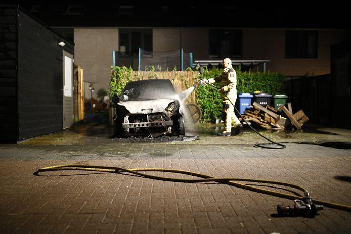 Aan de Jac. P. Thijsselaan in de Zwolse wijk Stadshagen is vrijdagavond opnieuw een auto uitgebrand.