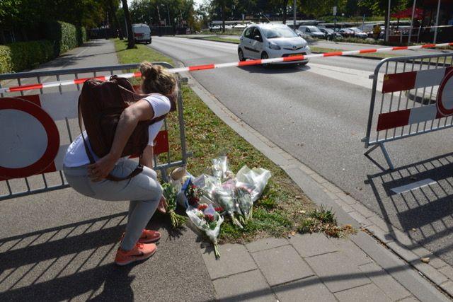 Bloemen en knuffels op de plaats waar het drama in Oss zich afspeelde.
