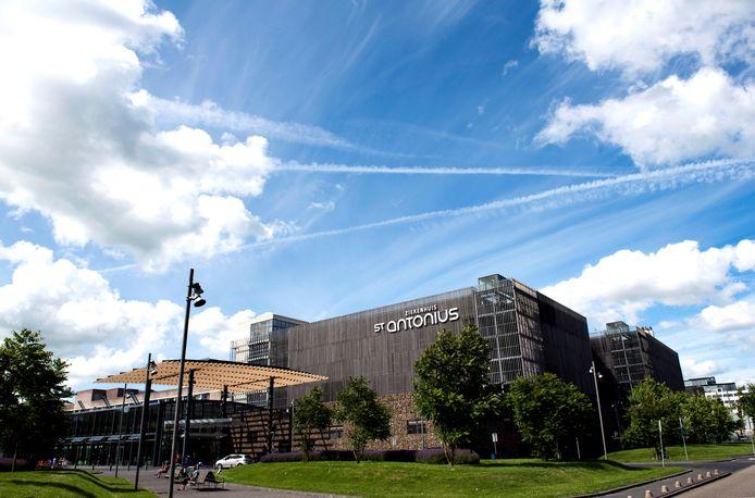 Het St. Antonius ziekenhuis in Nieuwegein heeft vanwege een toename van het aantal coronabesmettingen de regels aangescherpt voor personeel en bezoekers op de verpleegafdelingen.