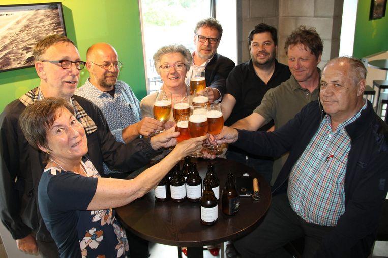 De Unizo-leden toosten op de opening van de Batjes met het biertje van 't Alternatief.