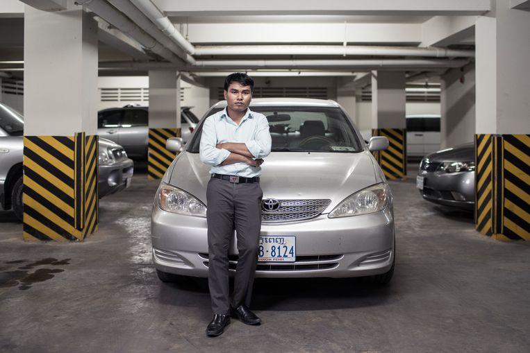 Roem Sarith is trots op zijn auto 'Zo laat ik zien wat ik heb bereikt' Beeld foto Enric Catala