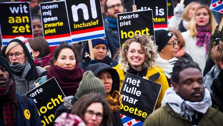 Tegenstanders van Zwarte Piet demonstreren in Dokkum voor vrijheid van meningsuiting en demonstratierecht. Tijdens de landelijke intocht van Sinterklaas twee weken eerder werd op het laatste moment een demonstratieverbod ingesteld. Beeld null