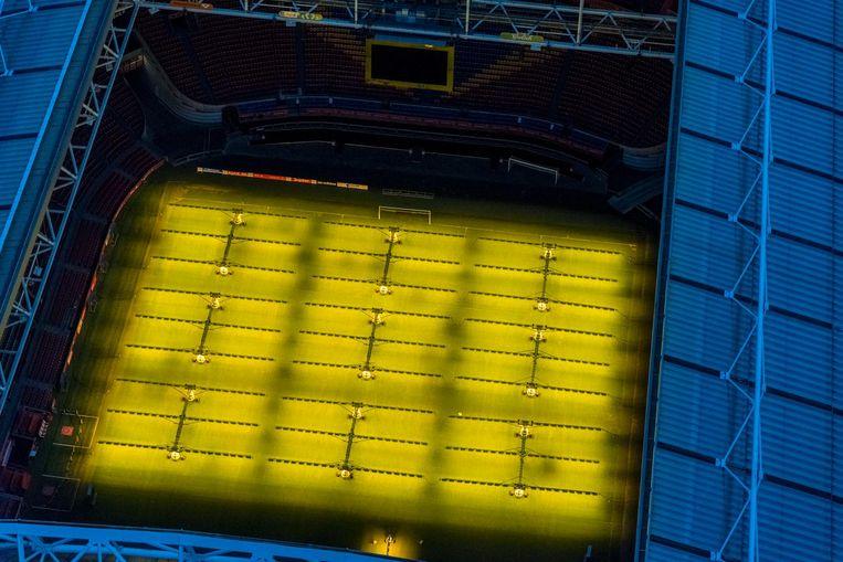 Het dak is open, het gras wordt extra belicht door de groeilampen. Beeld Siebe Swart / HH