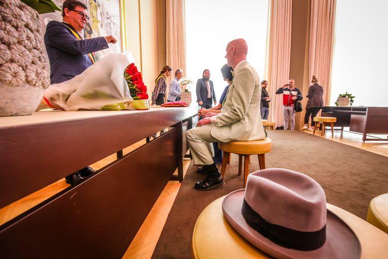 Burgemeester Bart Tommelein (Open Vld) voltrekt het huwelijk.