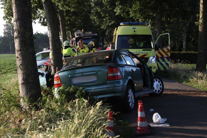 Automobilist ernstig gewond na botsing tegen boom in Rosmalen