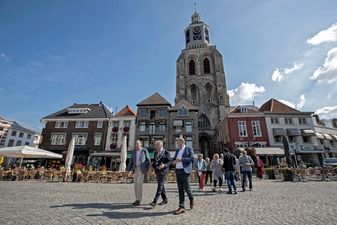 De delegatie uit Strijen is onder leiding van burgemeester Frank Petter onderweg van de Getrudiskerk naar het oude stadhuis