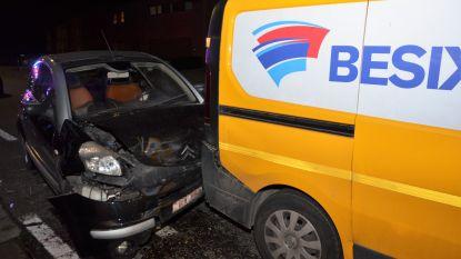Vrouw gewond na crash tegen geparkeerde bestelwagen