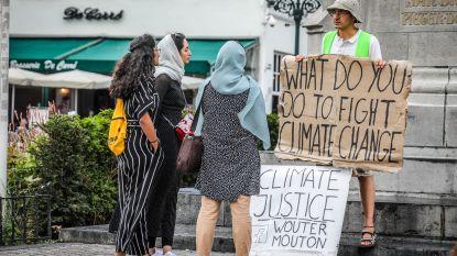 """Wouter (42) voert al half jaar eenzaam actie voor klimaat in Brugge en gaat nu in hongerstaking: """"Geen kerstmenu, maar dat heb ik er graag voor over"""""""