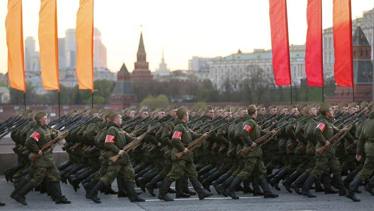 Russische soldaten oefenen voor de parade op 9 mei in Moskou. Beeld epa