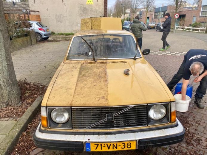De Volvo 244 DL op de Hagenkampweg-zuid, halverwege de poetsbeurt.