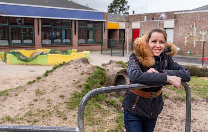 Heidy Wieland bij de afgekeurde speeltoestellen van basisschool DE VIER HEEMSKINDEREN