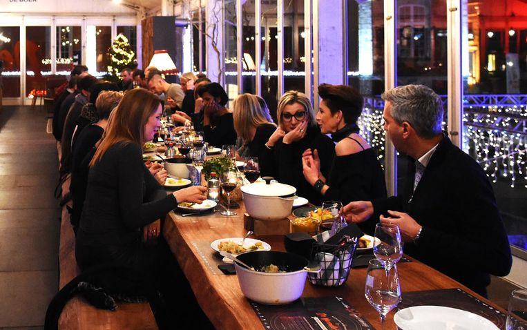 """""""Mensen van verschillende vriendengroepen en families die samen aan tafel gaan en mekaar bedienen van heerlijke winterkost, dat is waar De Warmste Tafel om draait. Met de verhuis naar het Sint-Martenplein brengen we deze gezelligheid ook echt tussen de winkels"""", vertelt schepen van Middenstand Jos Pierard."""