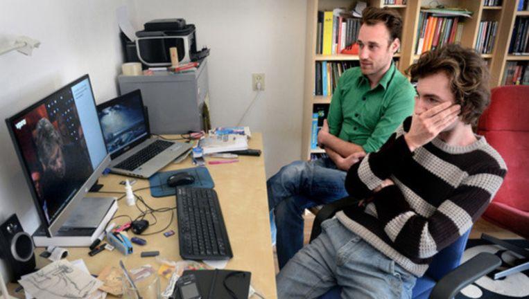 De makers van De snijtafel, Kasper C. Jansen (rechts) en Michiel Lieuwma, aan het werk. Beeld Marcel van den Bergh / de Volkskrant