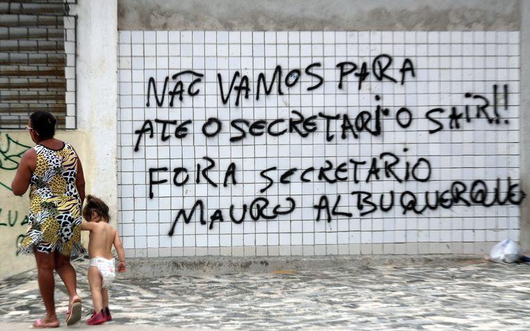 """Graffiti in Fortaleza: """"We stoppen niet tot de staatssecretaris weggaat. Weg met staatssecretaris Mauro Albuquerque.""""  Albuquerque is staatssecretaris voor het Gevangeniswezen."""