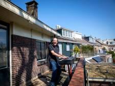 Zanger van The Amazing Stroopwafels zorgt voor lichtpuntje met balkonsessies