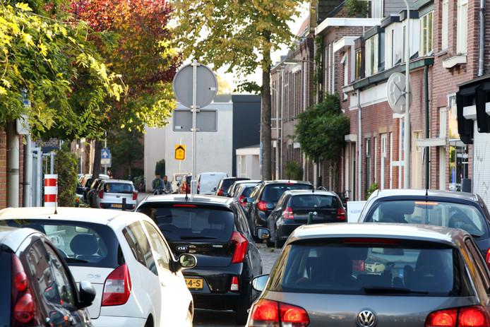 Een parkeerplekje vinden op de Zandbergweg is voor de bewoners altijd weer een uitdaging. Tijdens een presentatie van de Wijkraad Zandberg West in het stadskantoor worden de zorgen van de bewoners verder toegelicht.