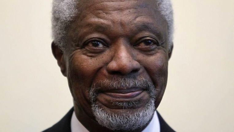 Kofi Annan beantwoord vragen van de pers op een vliegveld bij Moskou. Beeld reuters