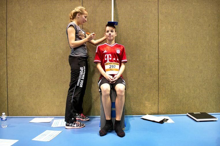 Misschien wel de belangrijkste meting: de lengte (zittend en staand). Beeld Klaas-Jan van der Weij /  De Volkskrant
