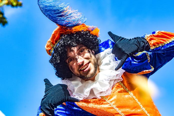 Zwarte Piet maakt in Zwolle vanaf dit jaar langzaam plaats voor de roetveegpiet. Dat schrijft het College van B&W aan de gemeenteraad.