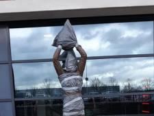Standbeeld Boschker bij Twente-stadion ingepakt met vuilniszakken