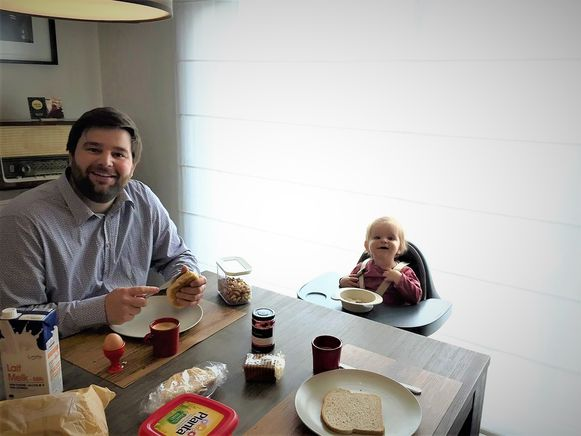 Brent Meuleman op 1 mei aan het ontbijt met dochter Louise.