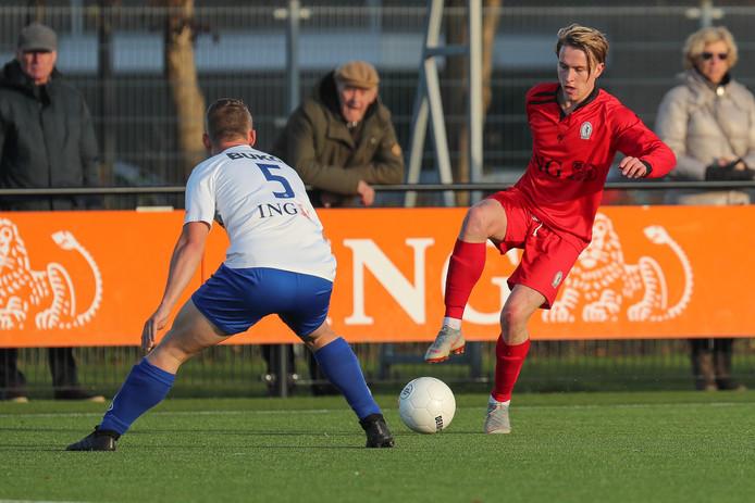 Steff van Rooijen van USV Hercules in duel met Tim uit den Bogaard van RKVV DEM.