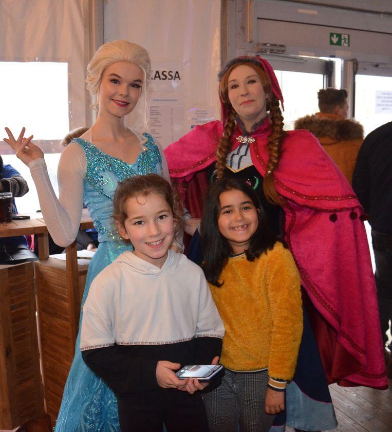 Disneyfiguren Elsa en Anna uit 'Frozen' tijdens winterfestival 'Straffen Toebak' in Appelterre.