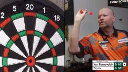 """Van Barneveld klopt eeuwige rivaal Taylor in dartsduel vanuit huiskamer: """"Net geen ninedarter, jammer"""""""
