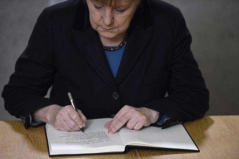 De Duitse Bondskanselier Merkel tekende gisteren in Parijs het condoleanceboek voor de slachtoffers van de aanslag op Charlie Hebdo. Beeld reuters