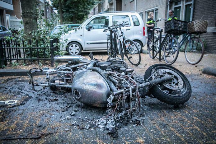 De motor in de Arnhemse wijk Klarendal is verwoest door het vuur.