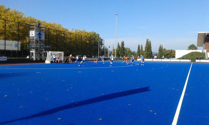 De dames van HC Zwolle in actie tegen Bully.