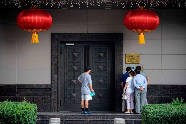 Bezoekers bij het Chinese consulaat in Houston. Beeld AFP