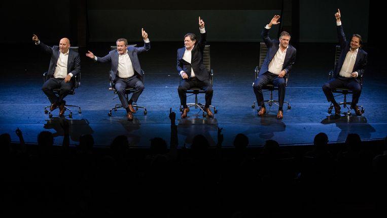 Acteurs Tom de Ket, George van Houts, Pierre Bokma, Leopold Witte en Victor Low tijdens de voorstelling De Verleiders III, door de bank genomen. Beeld anp