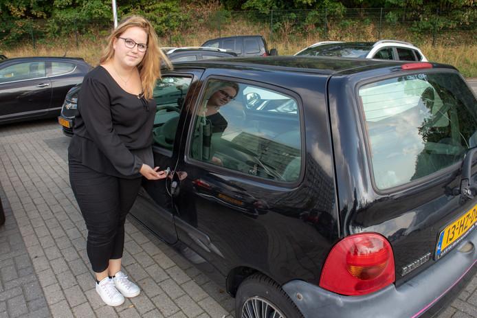 Romy Kippers op parkeerterrein Oude Stad bij haar auto die in een jaar tijd negen keer is opengebroken.