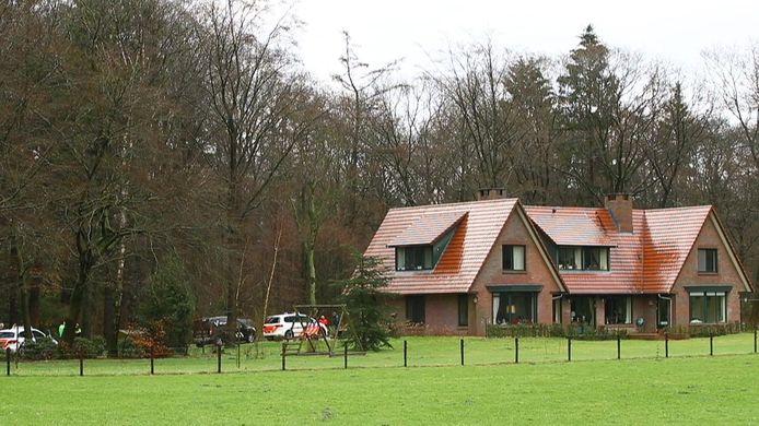 De politie doet na een woningoverval onderzoek bij een landhuis in Vierhouten.