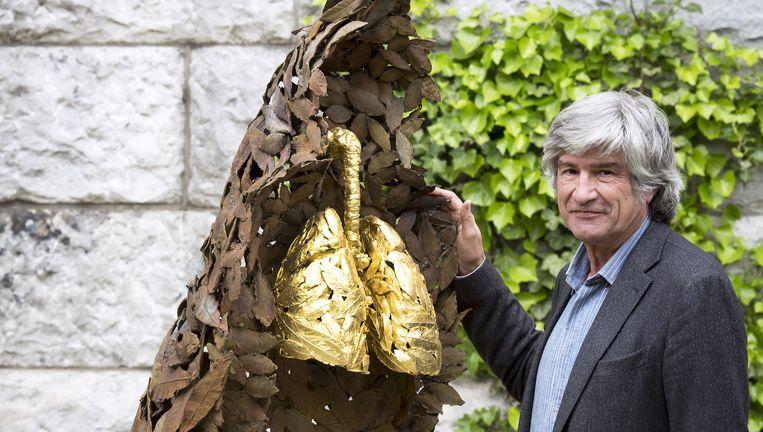 De Italiaanse kunstenaar Giuseppe Penone bij één van zijn sculpturen in de tuin van het Rijksmuseum. Beeld Vincent Mentzel