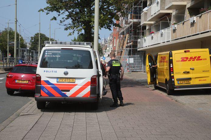 Een DHL-bezorger werd op de Waldeck Pyrmontkade in Den Haag bestolen van zijn busje.