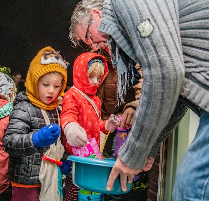 Coco (5 jaar) en Lou (bijna 4 jaar) gaan langs de deuren in Deventer. Volgens papa Olger keken ze er al de hele maand naar uit. - Om kwart over zes verzamelen zich zo'n honderd kindjes uit de buurt zich bij speeltuinvereniging Zandweerd en gingen  zingend met hun lampionnetjes door de wijk.