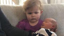 VIDEO. Hilarisch: Kleuter niet onder de indruk van nieuw broertje