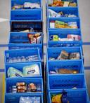 In de blauwe kratjes worden de boodschappen verzameld voor de thuisbezorging.